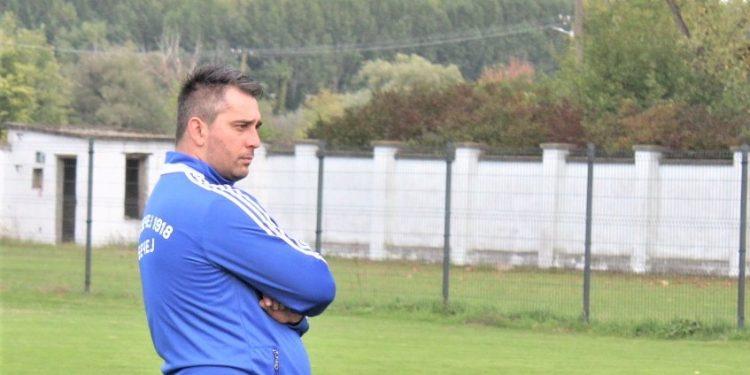 Šef stručnog štaba Bečejaca Strahinja Vasković prati trening