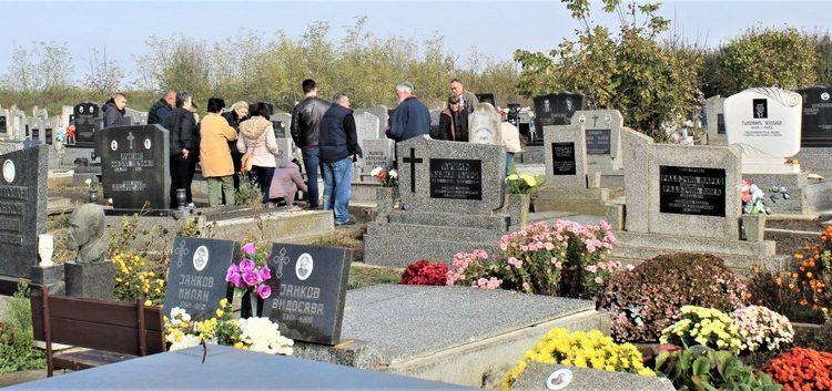 Sveće i cveće na spomenicima pravoslavnog groblja u Bočaru za mitrovdanske zadušnice