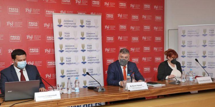 Predsednik DRI sa saradnicima predstavlja izveštaja | Foto: DRI