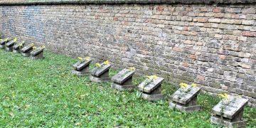 Spomen obeležje Zid smrti sa imenima stradalih na pločama