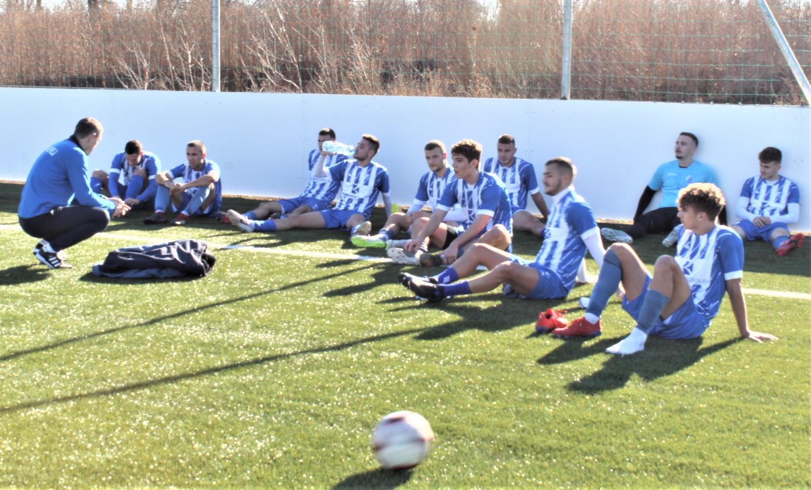 Šef stručnog štaba Branko Savić na poluvremenu sa igračima