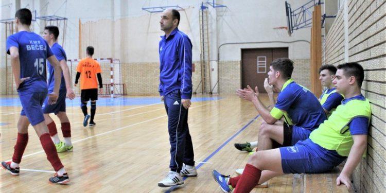 Trener Goran Strajnić sa igračima u tajm autu