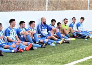 Trener Branko Savić sa igračima pre izlaska na teren