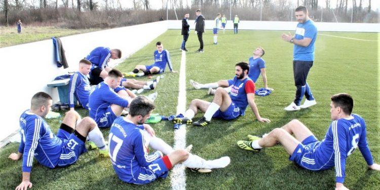 Trener Vojvodine Lazar Dabižljević sa igračima u poluvremenu