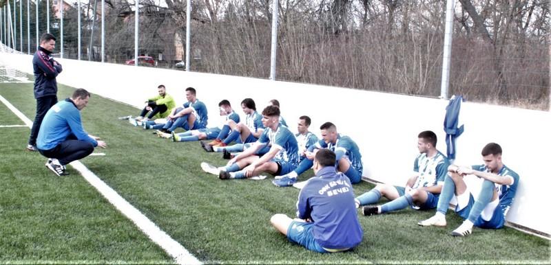 Treneri Branko Savić i Dalibor Novčić sa igračima posle utakmice