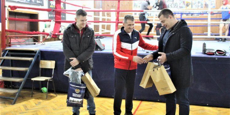 Dane Mandić uručuje poklon opštine Bečej predsedniku i treneru Kiki boks kluba Bečej Žarku Radoviću