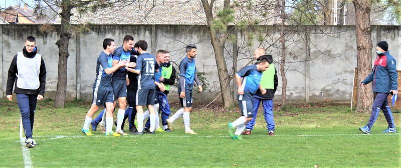 Radost Bačkogradištanaca posle vodećeg gola Bratislava Jelića