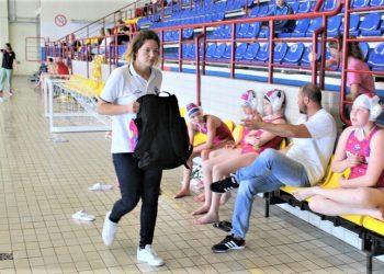 Daniela Ćuk i njen asistent Nikola Jović sa igračicama na klupi