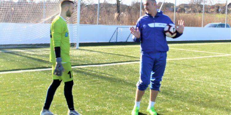 Sportski direktor i trener golmana Bečejaca Miloš Andrić na terenu sa učenikom Isidorom Milovanovim
