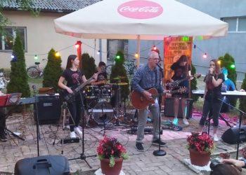 Dejan Cukić sa mladim lokalnim bendom