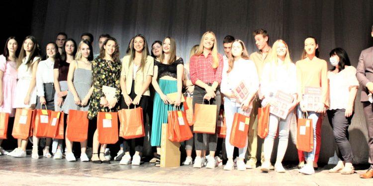 Nagrađeni gimnazijalci sa direktorom mr Miodragom Basarićem