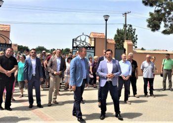 Predsednik Pokrajinske vlade Igor Mirović i predsednik opštine Novi Bečej Saša Maksimović sa saradnicima u dvorištu kompleksa Hertelendi