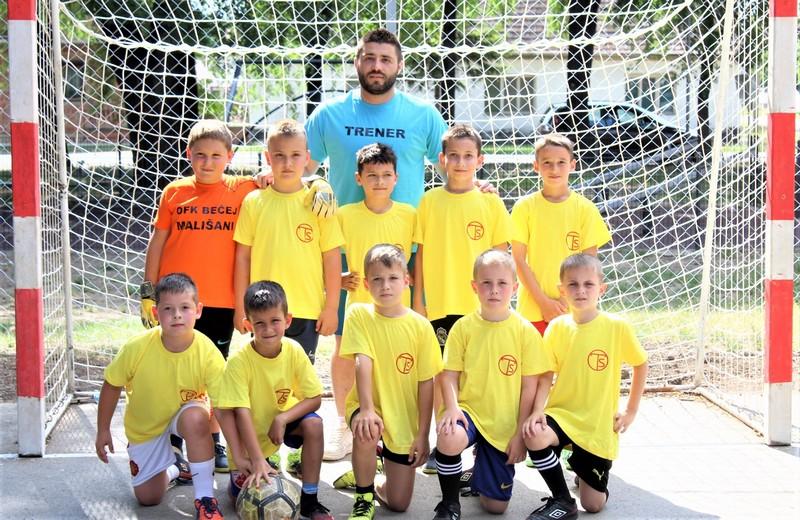 Najmlađi učesnici turnira Mališani sa trenerom Lazarom Dabižljevićem