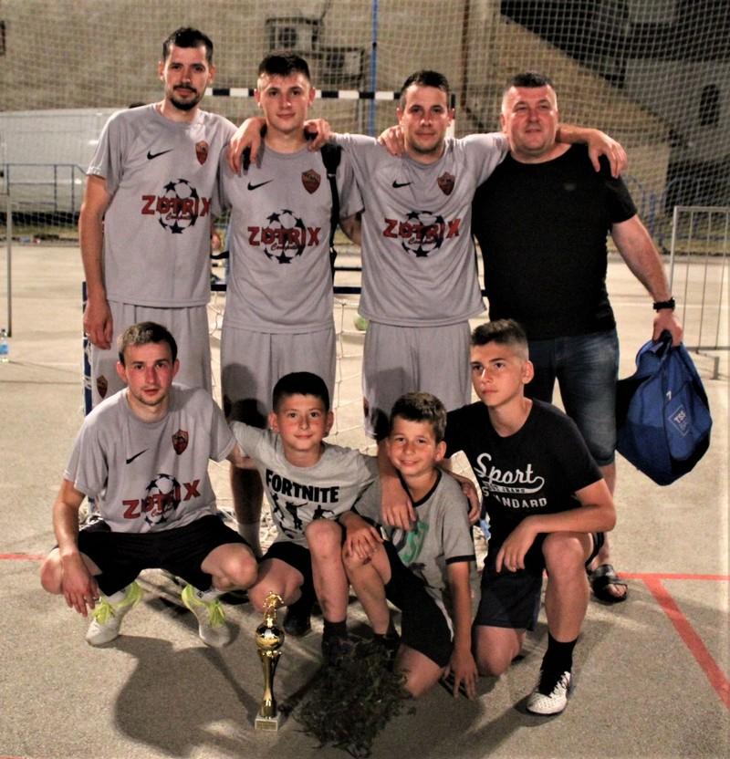 Pobednička ekipa bečejskog turnira Zotriks s najvernijm navijačima