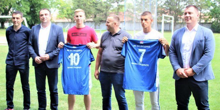 Predsednik kluba Goran Kudrić u sredini, novajlije sa svojim dresovima, trener Oto Barta (sasvim levo) sa uvaženim gostima