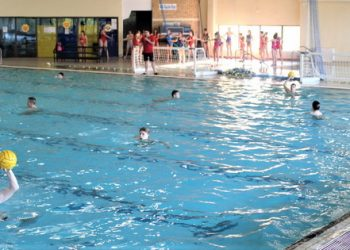 Selektor Aleksandar Anastasijević kraj ivice bazena savetuje mlade vaterpoliste