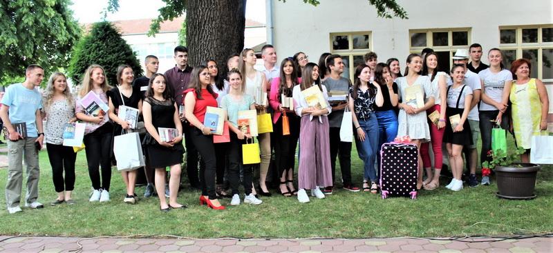 Svi nagrađeni učenici ETŠ s direktorkom Gordanom Kovačev