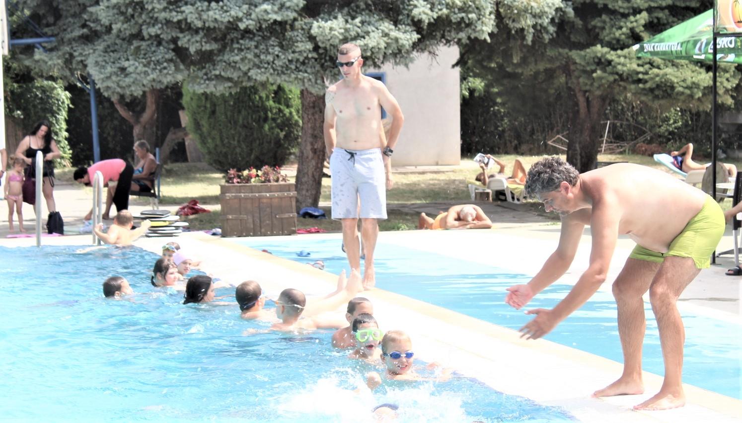 Instruktori Dejan Kapriš i Andruško Čaba za polazncima Škole plivanja