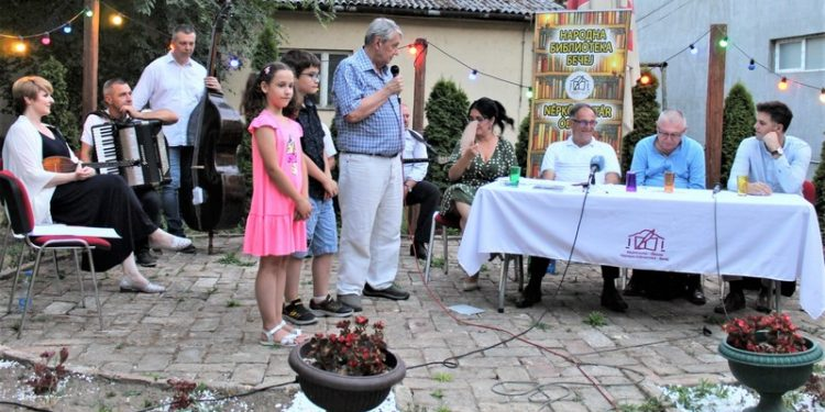 Stanislav Hadnađev sa unucima na promociji knjige o njegovom ocu Isidoru