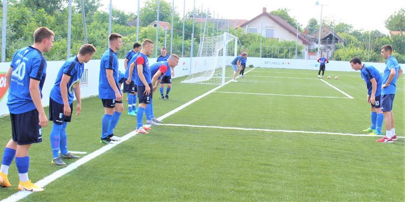 Trener Voše Oto Barta sa igračima pre početka utakmice