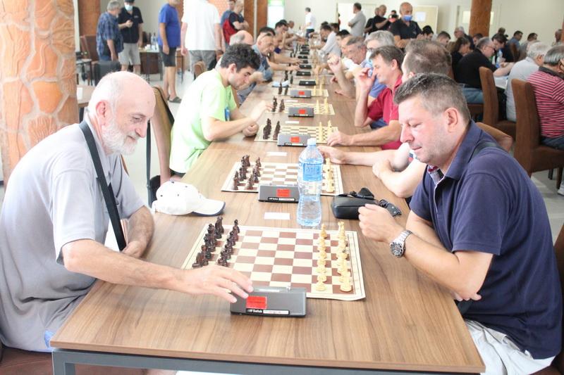 FIDE majstor Momčilo Dragović levo u partiji sa velemajstorom Miroljubom Lazićem