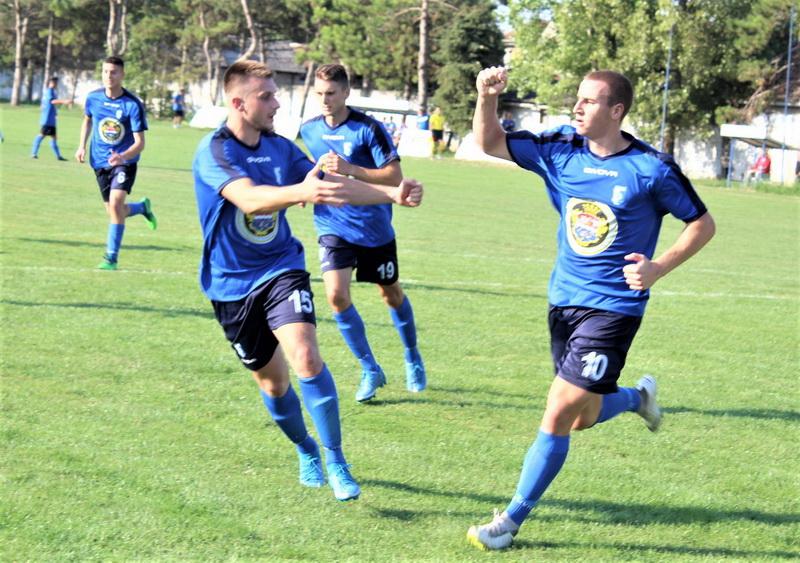 Nenad Kudrić (10) proslavlja prvi pogodak u novoj sezoni sa saigračima