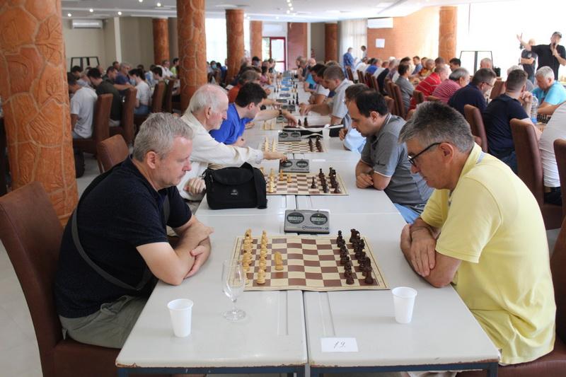 Prava šahovska ikebana u kokoj je bio i sekretar ŠK Pion Milorad Ćulum desno