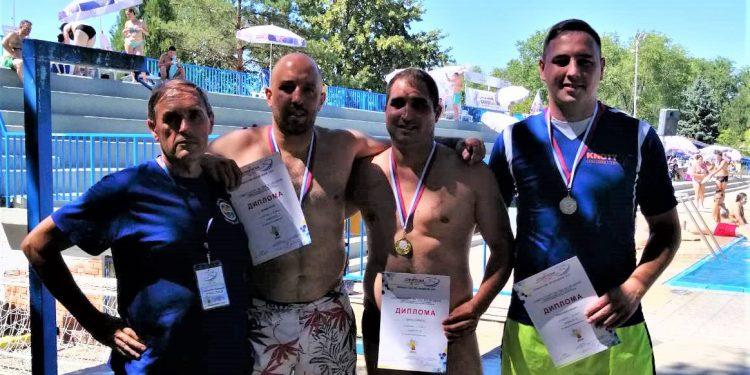 Sportski radnik Milorad Rakić levo na slici i Bojan Živanović sa srebrnom medaljom oko vrata kraj bazena u Adi
