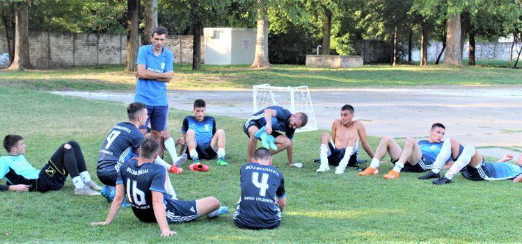Trener Vojvodine Oto Barta sa grupom igrača u trenucima odmora