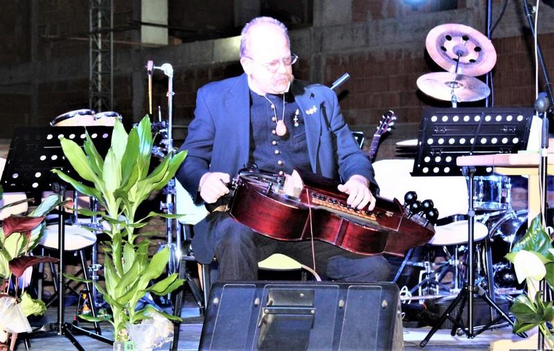 Bela Mićik svira i izrađuje tradicionalne instrumente