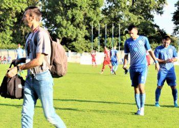 Povreda jača od želje za igrom: Nikola Tomić povređen napušta teren