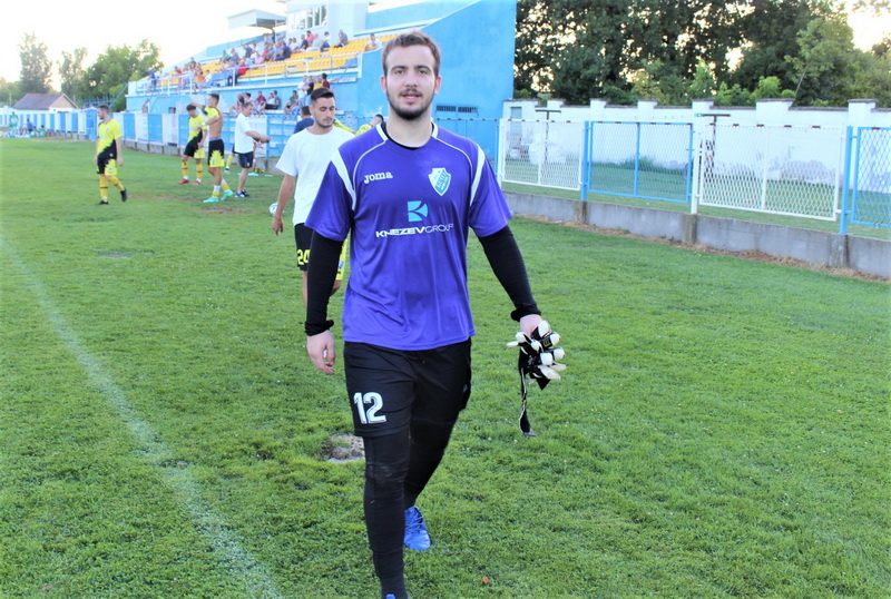 Stevan Barjaktarov je tri puta morao loptu da vadi iz mreže