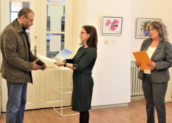 """Mirjanin suprug Zoran primio je priznanje """"Građanka po meri dece"""""""
