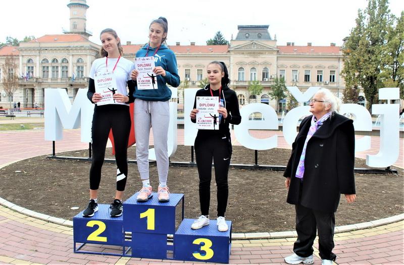 Ponosno na pobedničkom postolju Nada Karanjac (2), Milica Jovanović (1), Barbara Ujhazi (3) i Jovanka Jelić